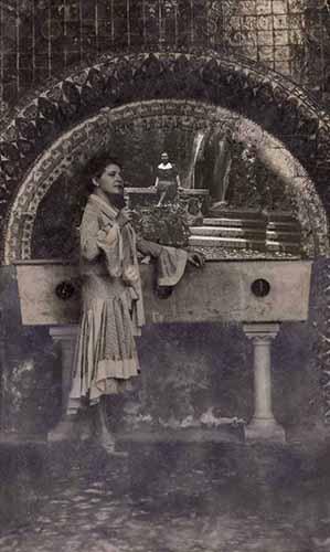 Donna e fontana elaborata